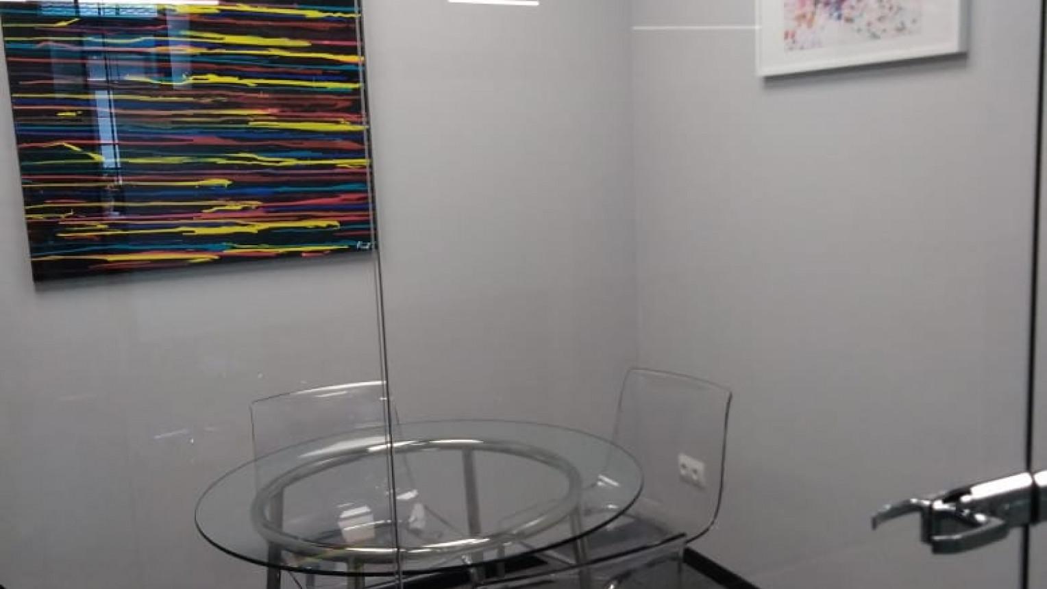 Маленькая переговорная комната