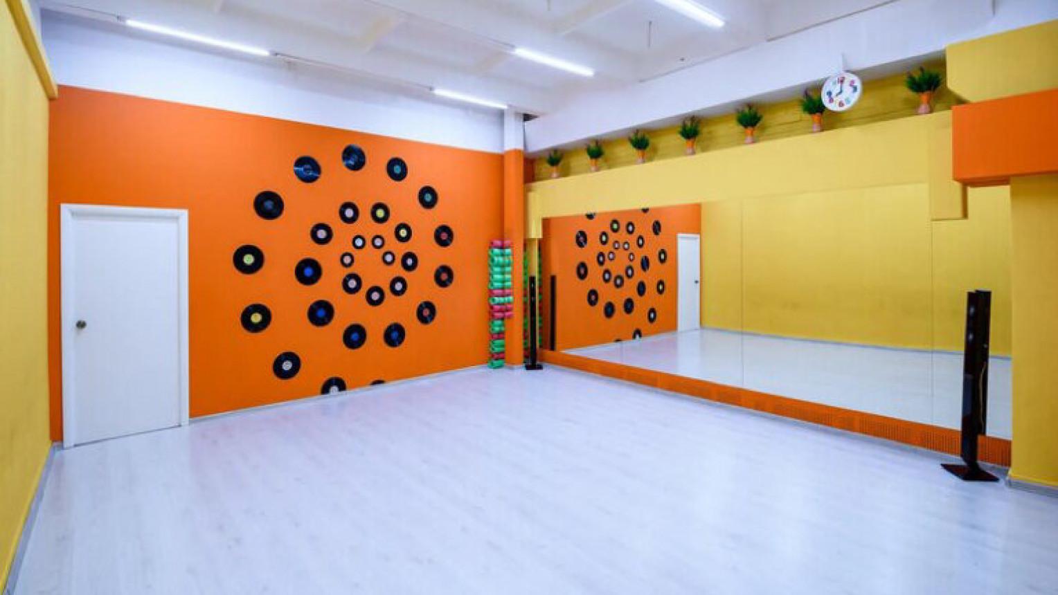 Яркий танцевальный зал - фото №1