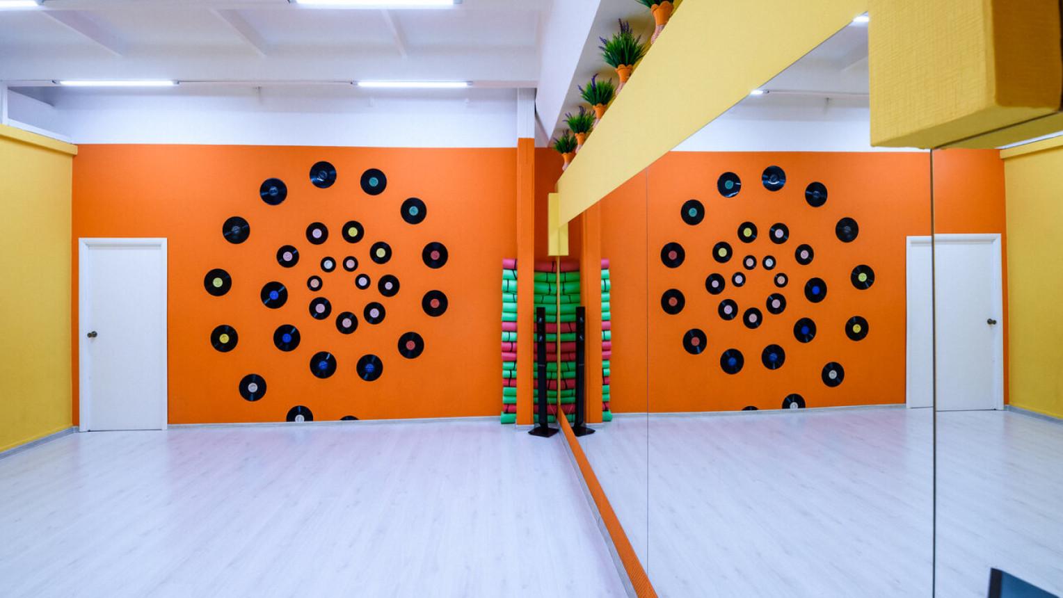 Яркий танцевальный зал