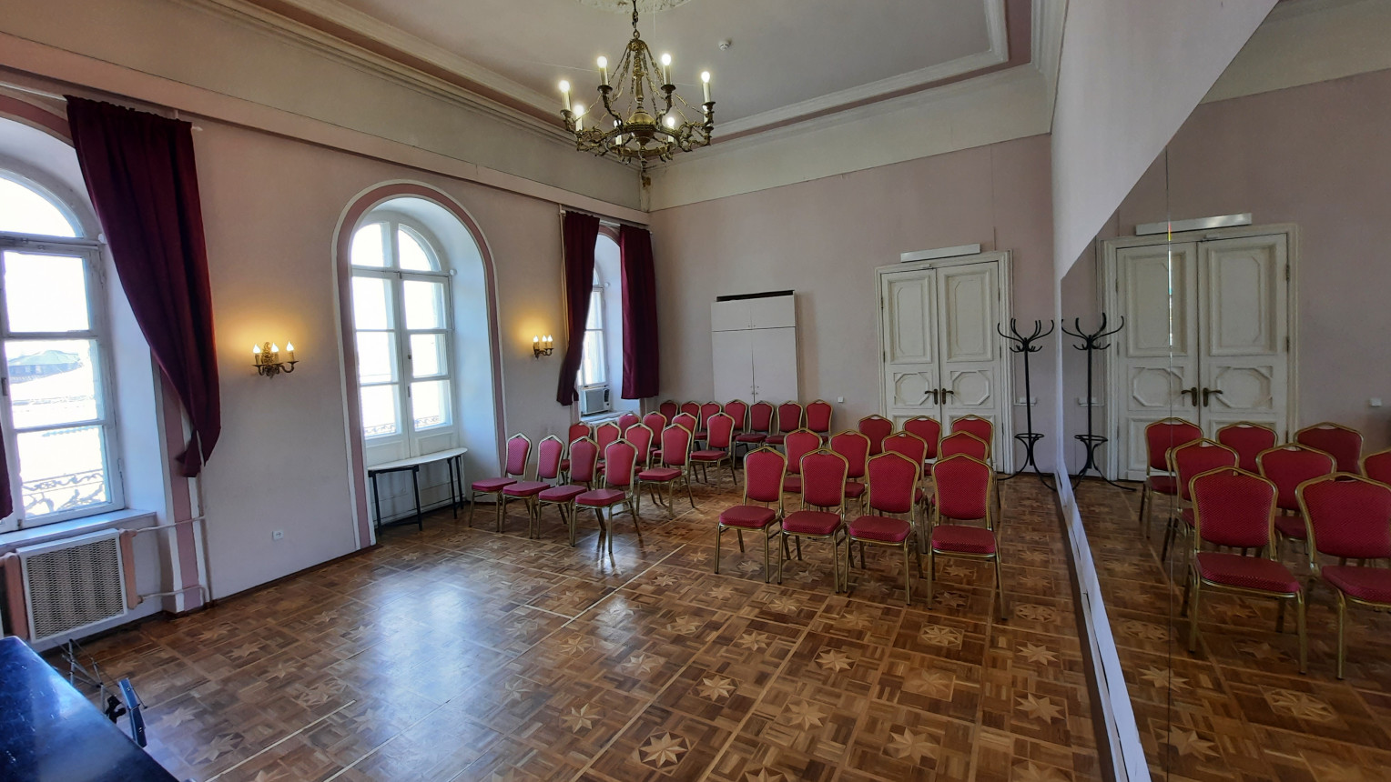 Зал с балконом XVIII века - фото №2